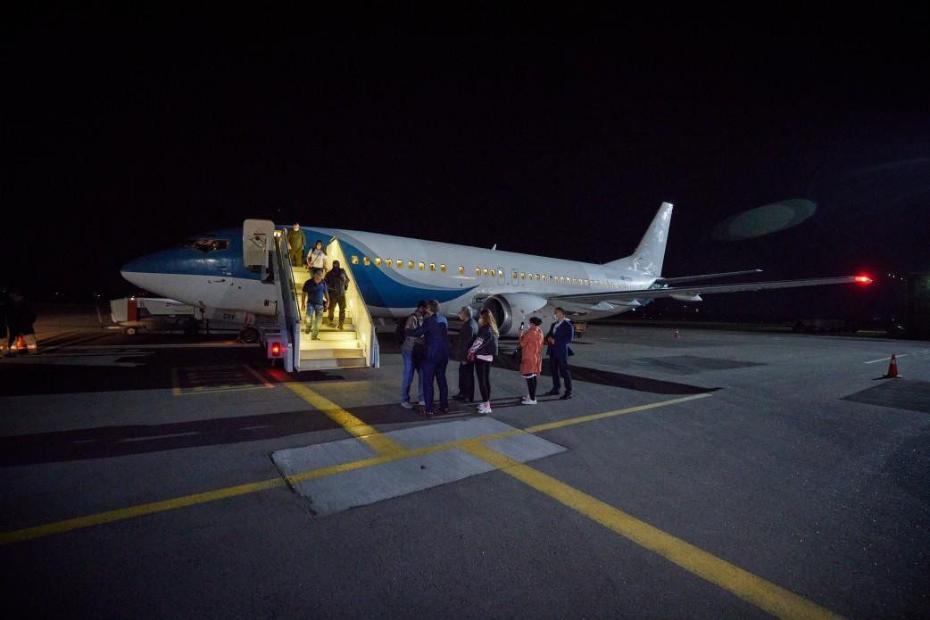 В Україну повернули родину, яка перебувала в таборах закритого типу в Сирії / фото president.gov.ua