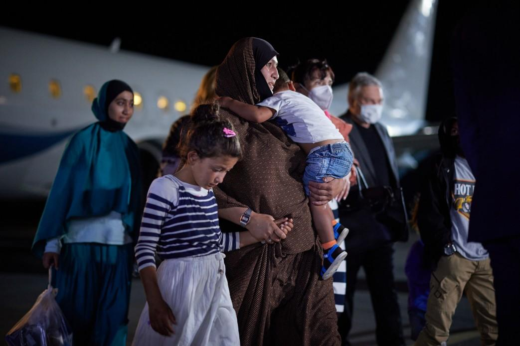 Українку з сімома дітьми евакуювали додому з сирійського табору / фото president.gov.ua