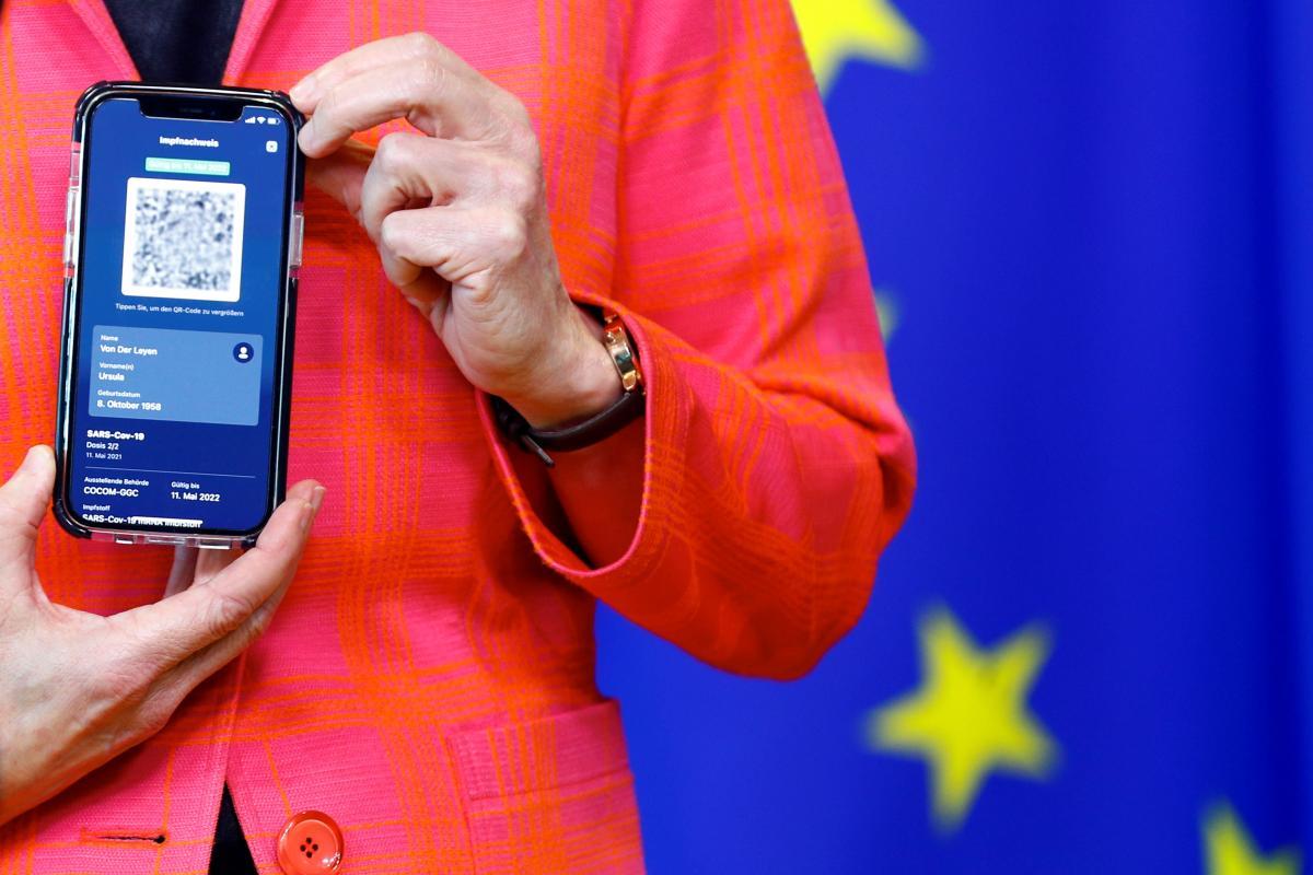 Голова Єврокомісії продемонструвала сертифікат COVID-19 / фото REUTERS