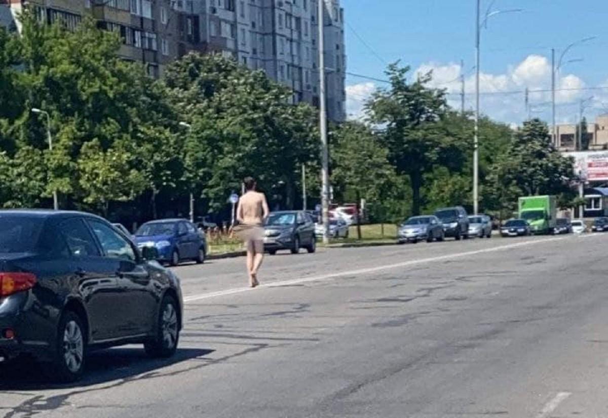 По дороге в Киеве ходил голый мужчина / фото t.me/troeshka