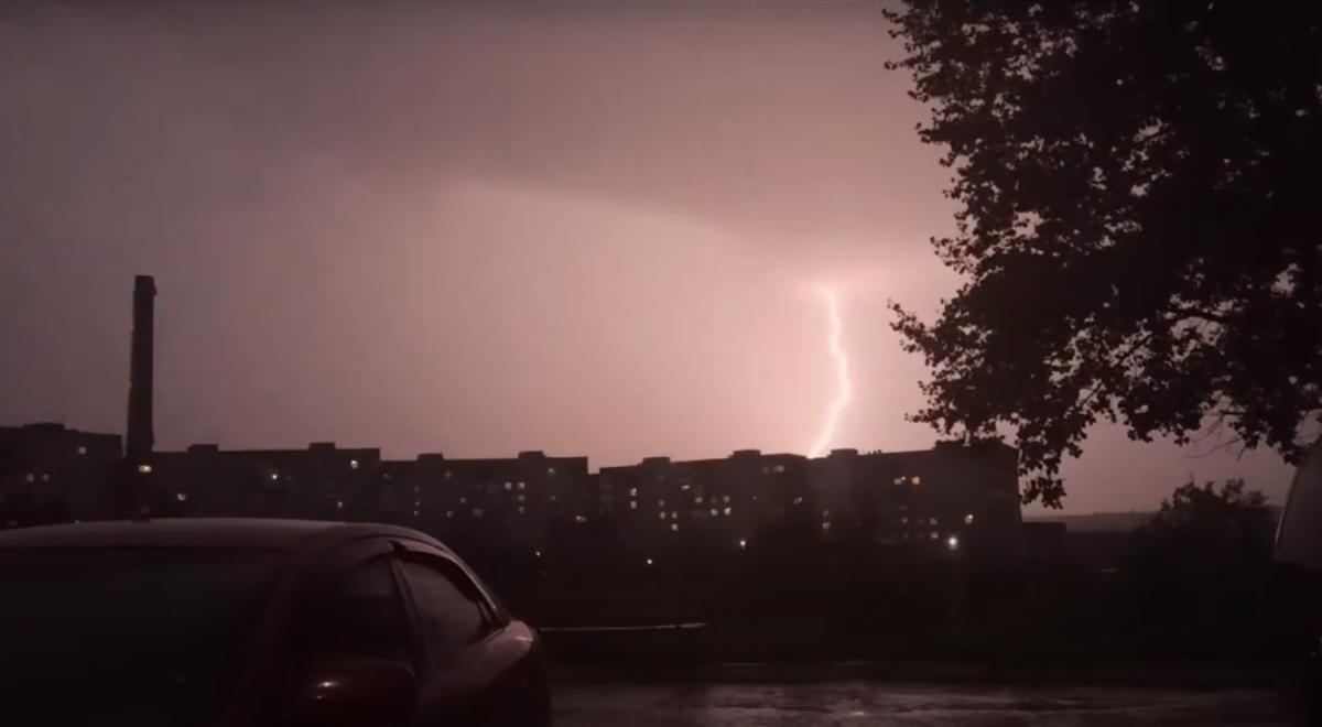 У Маріуполі вночі вирувала гроза / скріншот відео