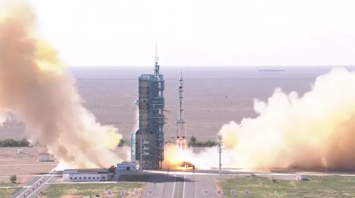 Китай отправил трех астронавтов в космос / CCTV