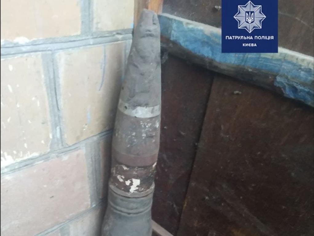 Киянин зберігав снаряд серед сміття / Патрульна поліція Києва
