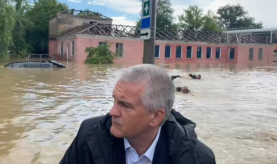 За лодкой Аксенова по затопленной Керчи плыли три человека / скриншот
