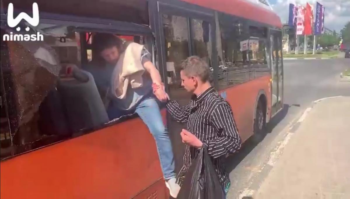 В Нижнем Новгороде компания повздорила с кондуктором и вышла через разбитое окно автобуса / скриншот