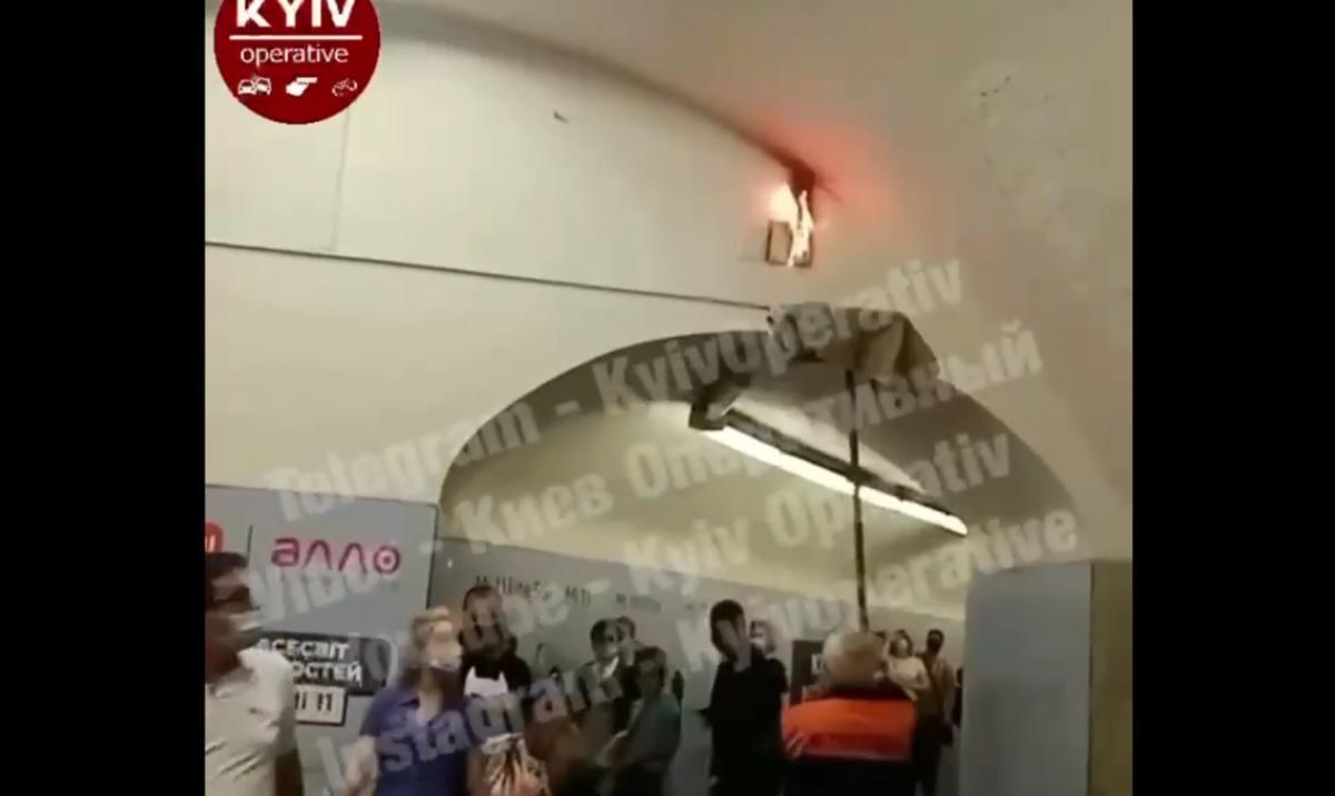 Пожежу в київському метро гасять шваброю / скріншот