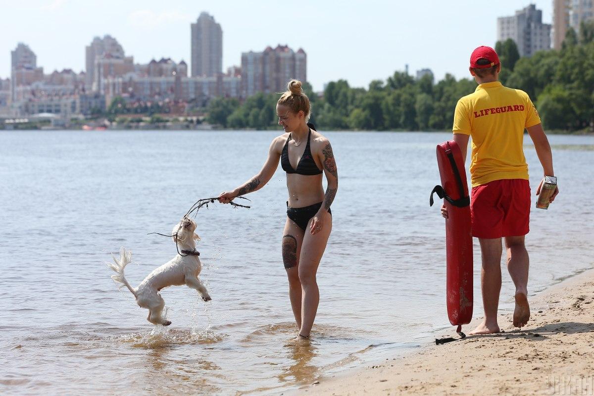 У Києві люди рятуються від спеки на пляжах / фото УНІАН (Віктор Ковальчук)