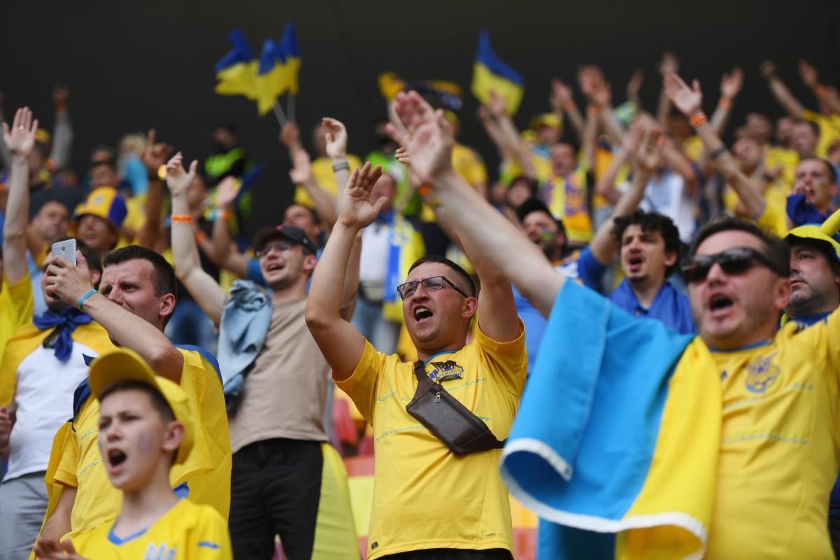 Болельщики сборной Украины поддерживали команду в Бухаресте / фото REUTERS