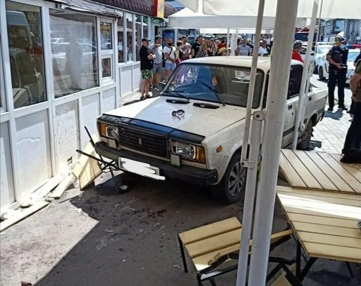 У Сумах авто протаранило літній майданчик кафе / фото 0542.ua