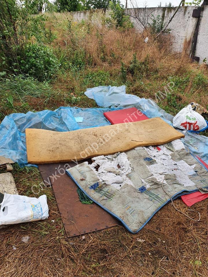 Ребенок спал на старых матрасах /фото Facebook/Служба по делам детей в Мелитополе