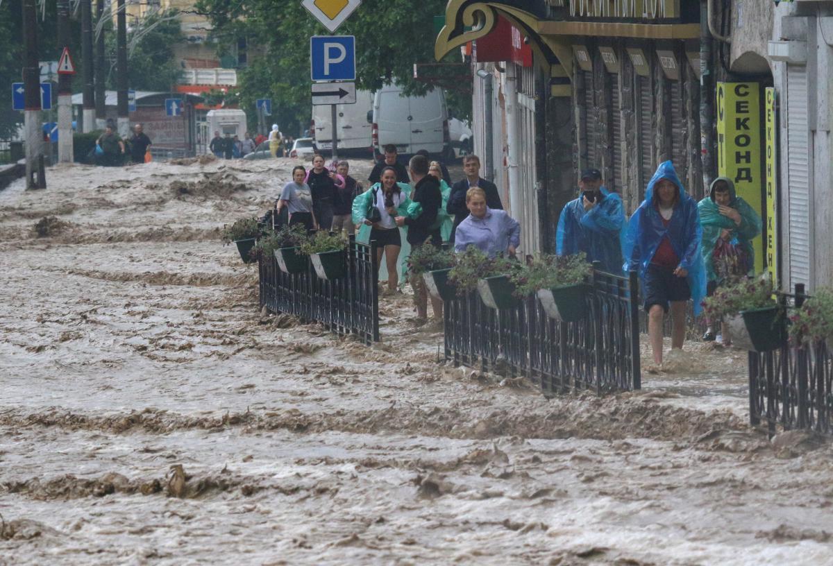 Несколько дней подряд города оккупированного Крыма страдают от непогоды. / Фото: REUTERS