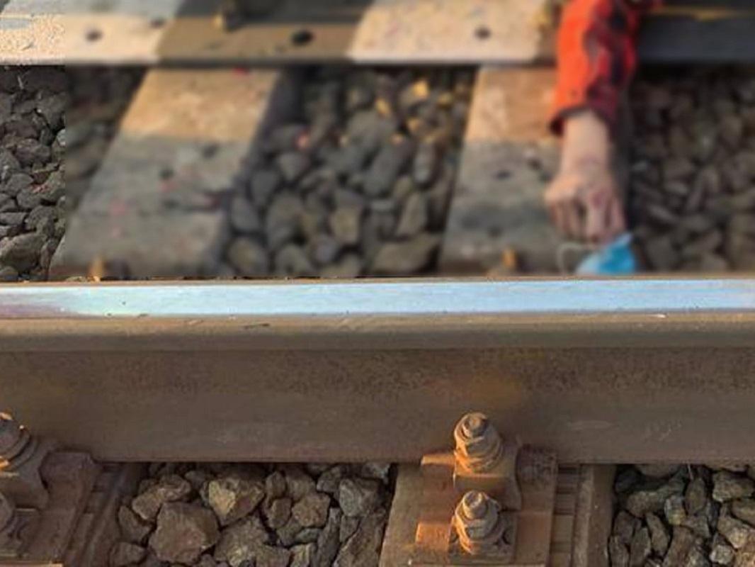 Подросток пытался скрыться от поезда между рельсами / facebook.com/pol.kyivregion