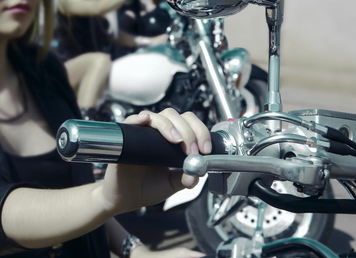 Крім того, влада хоче збільшити штрафи за технічні маніпуляції із двигунами / фото ua.depositphotos.com