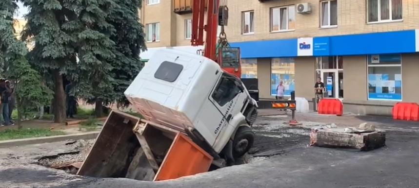 В Житомире грузовик ушел под землю / скриншот с видео