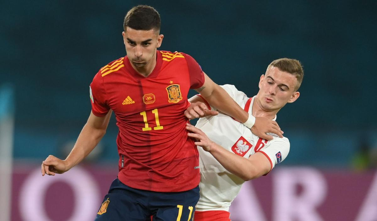 Кацпер Козловски (справа) сыграл против Испании / фото REUTERS