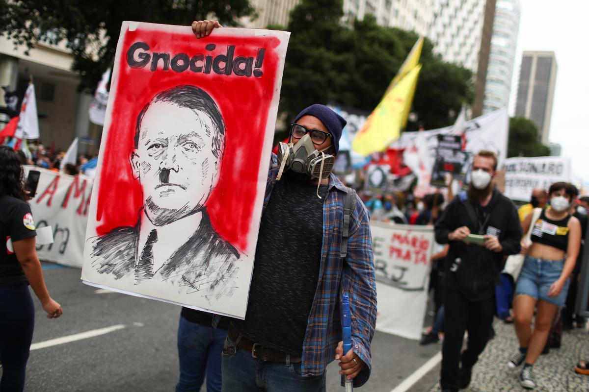 Протестувальникз плакатом/ фото REUTERS