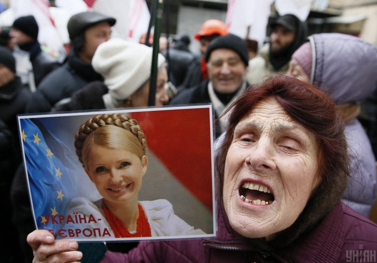 Прихильниця Юлії Тимошенко біля будівлі Печерського районного суду в Києві в 2013 році / фото УНІАН