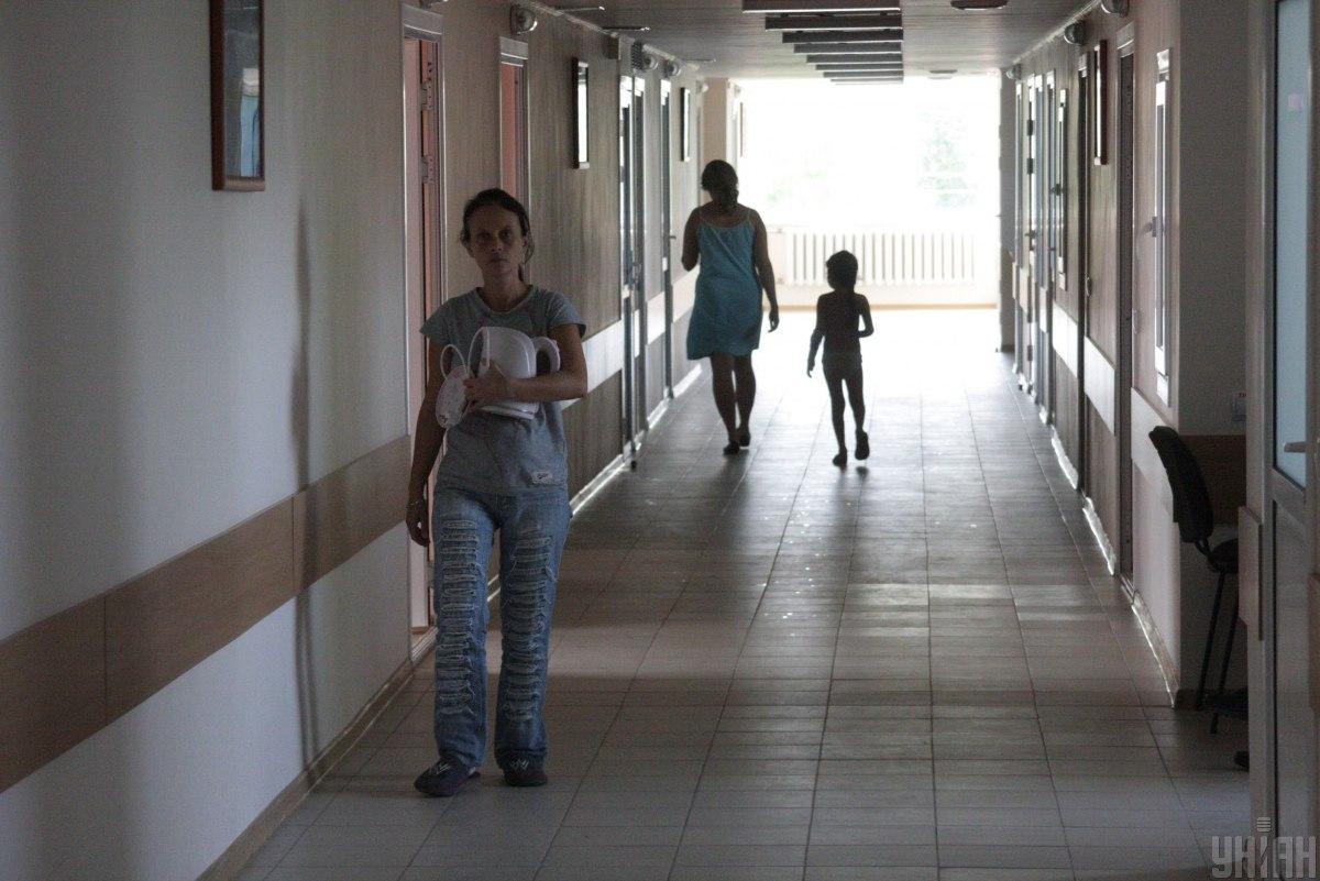 """Жінка намагалася добитися переведення в іншу палату, але лікарка запропонувала їй """"піти на чердак"""" / фото УНІАН"""