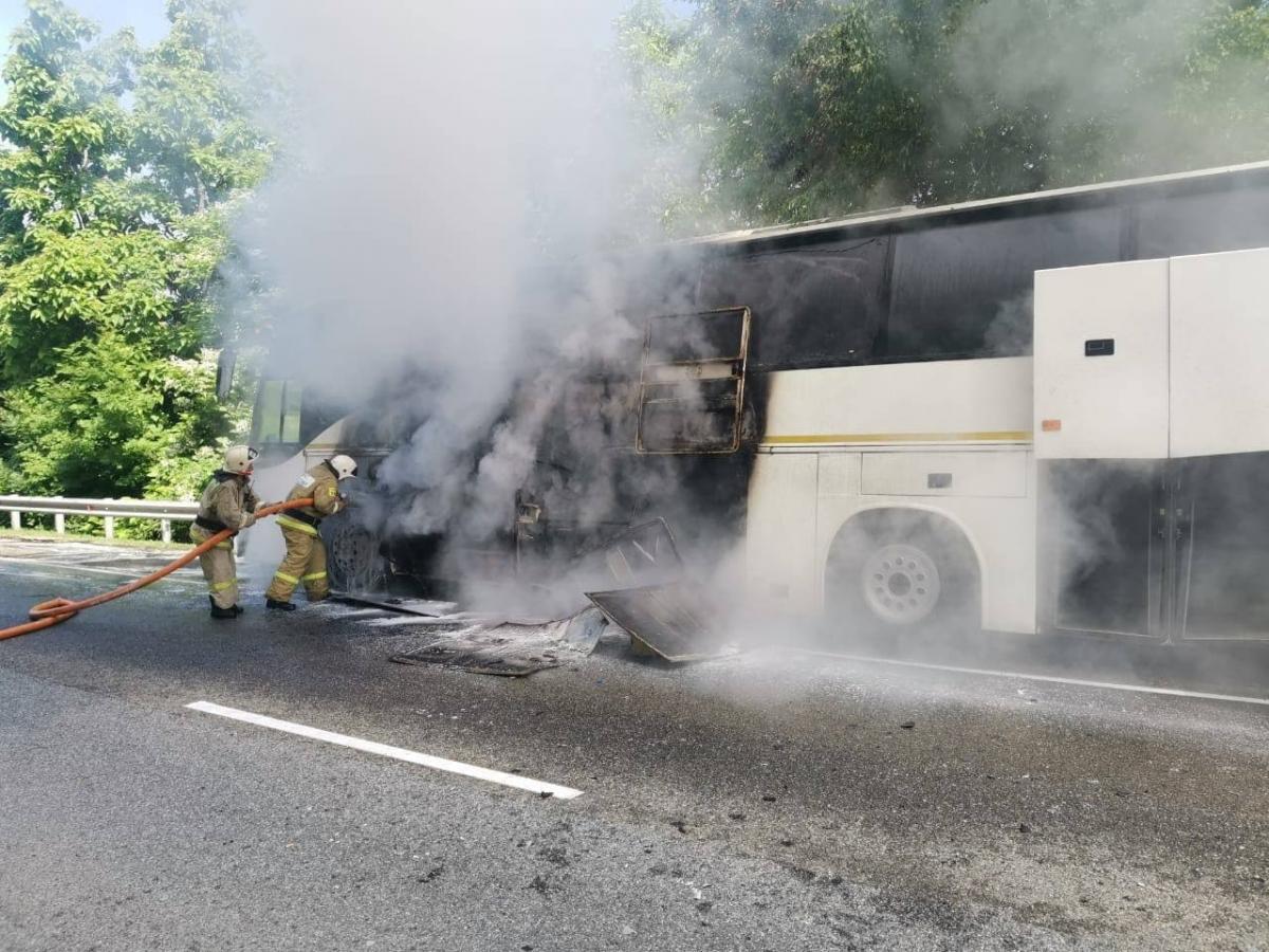 ПІсля ДТП один із автобусівспалахнув/ фото Telegram-канал Подъём