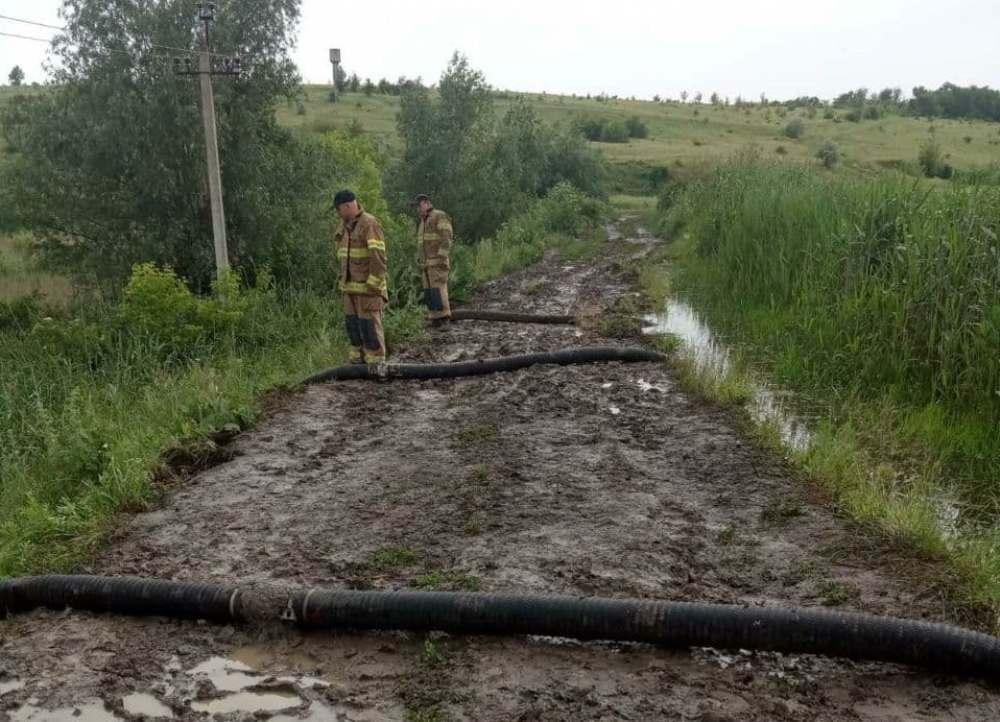 Рятувальники відкачують воду / фото od.dsns.gov.ua