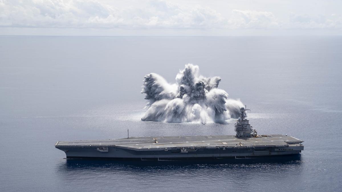 Рядом савианосцем ВМФ США взорвали 18-тонную бомбу/ фото U.S. Navy