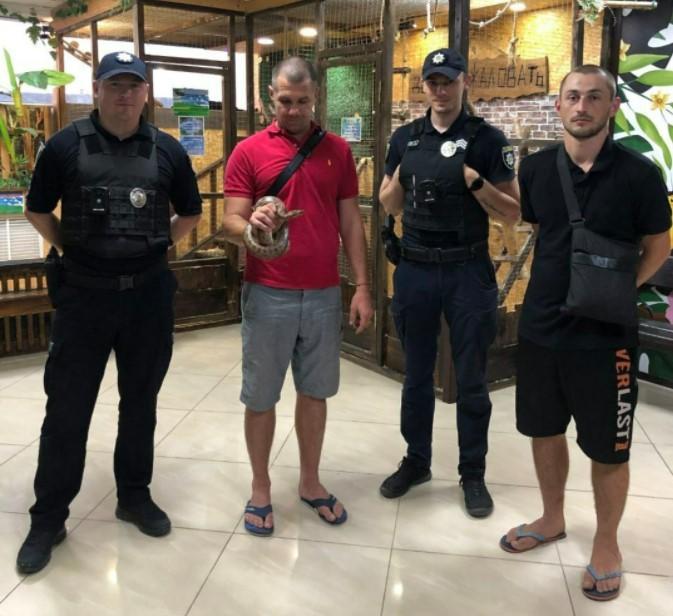 Поліцейські піймали плазуна / фото патрульнаполіція Харківщини
