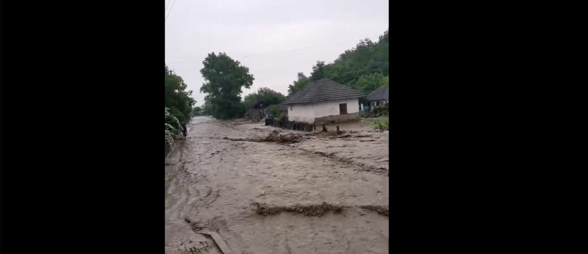 В Черновицкой области улицы превратились в реки / скриншот