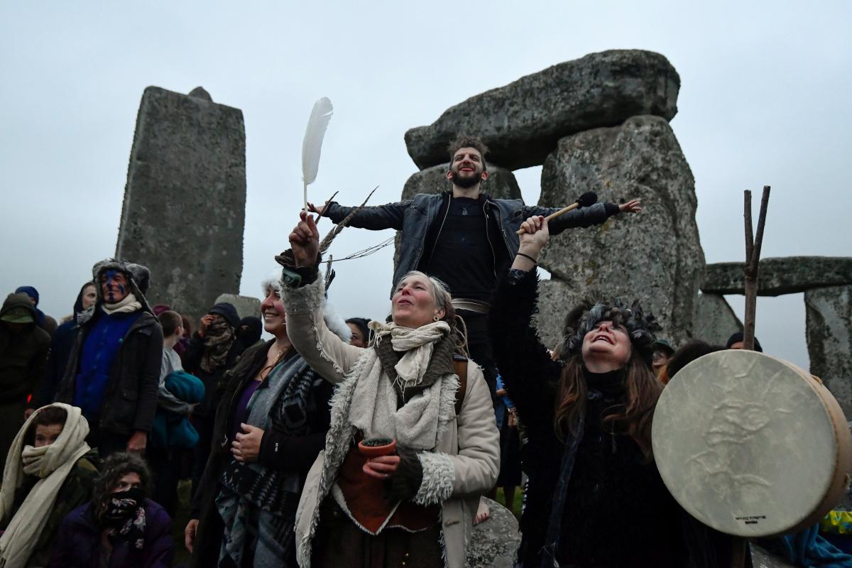 У Стоунхенджа собрались сотни людей \ фото REUTERS