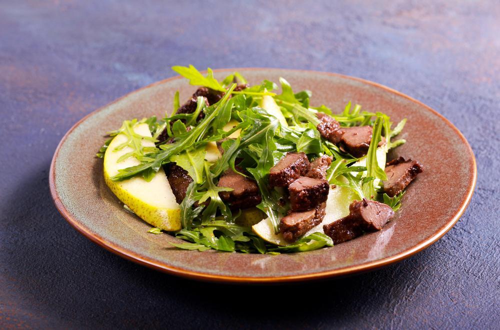 Салат з печінкою і грушею / фото ua.depositphotos.com