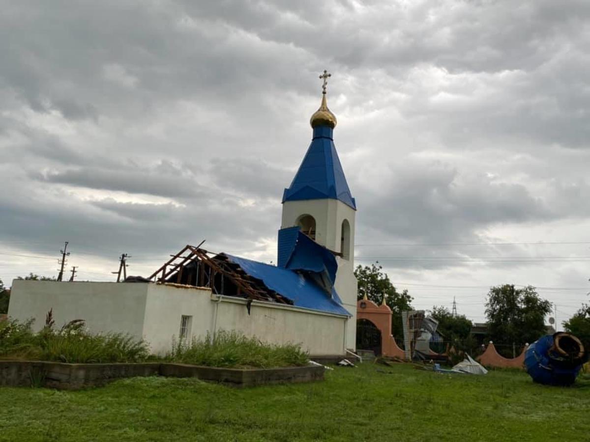 В Салганах ветер сорвал крышу с храма / фото Сергей Кравченко