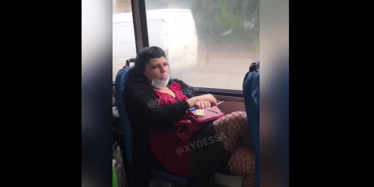 Пасажирку, що палить, з салону витягли копи / скріншот