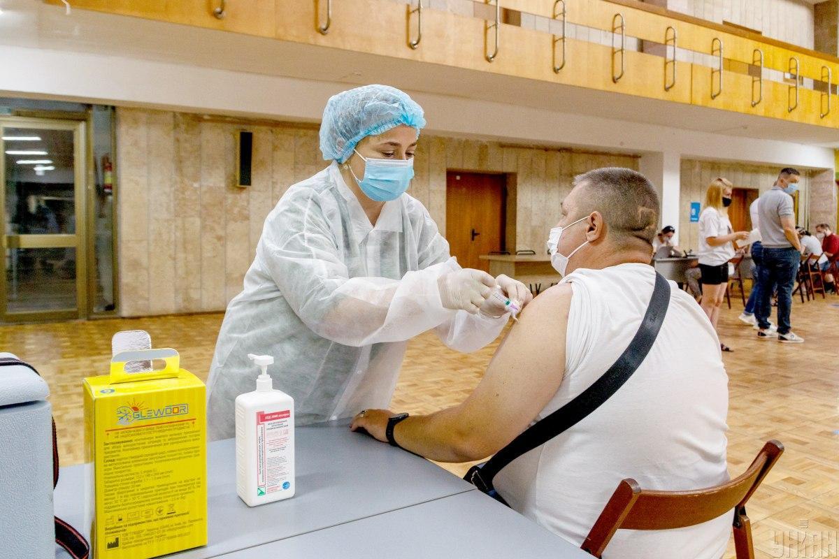 Центры массовой вакцинации населения от COVID-19 должны открыть по меньшей мере в каждом районе / УНИАН