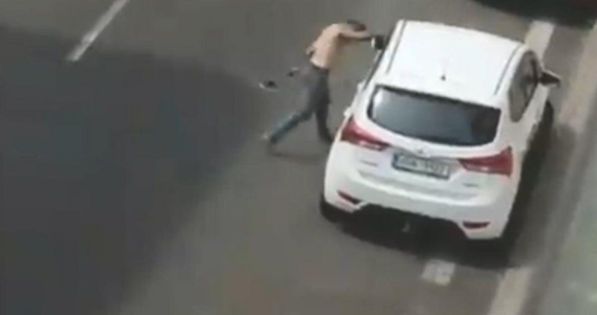 Чоловік поводився неадекватно / скріншот з відео