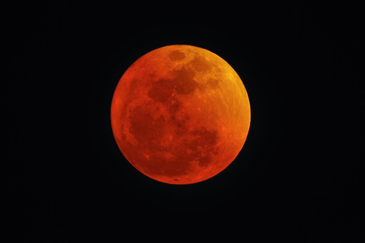 Красная луна / ru.depositphotos.com
