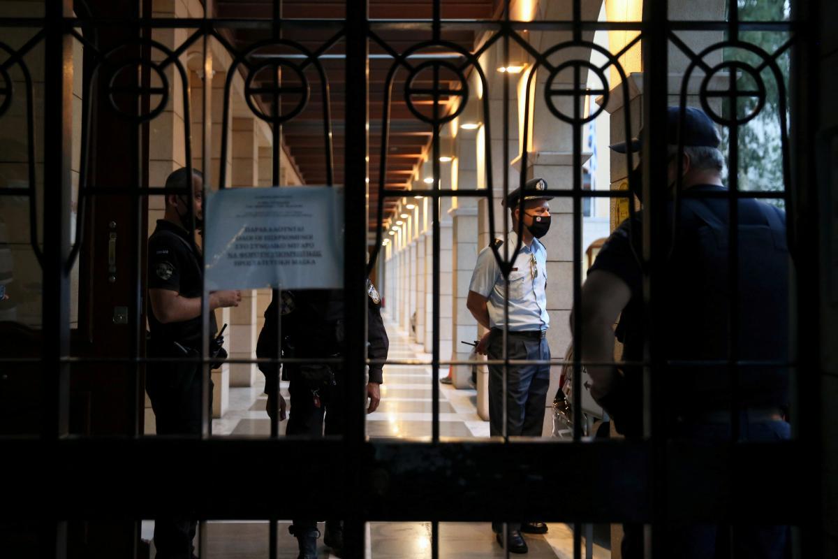 Грецький священик облив кислотою сімох митрополитів на церковному суді / фото REUTERS