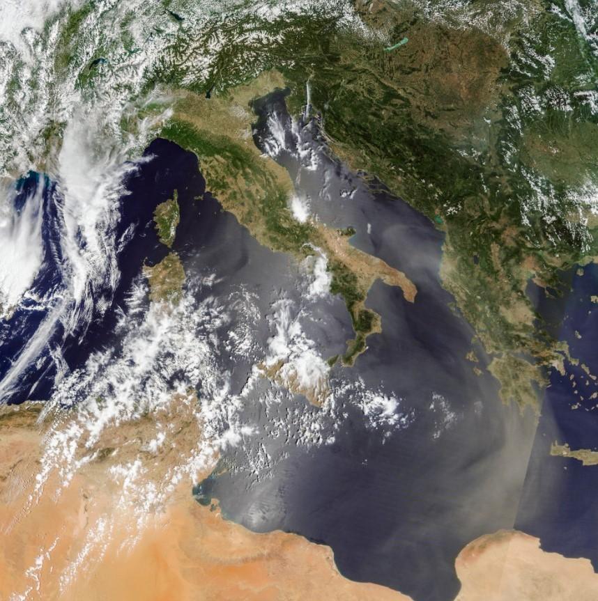 Хмара пилу над Італією 23 червня / фото NASA Terra / MODIS