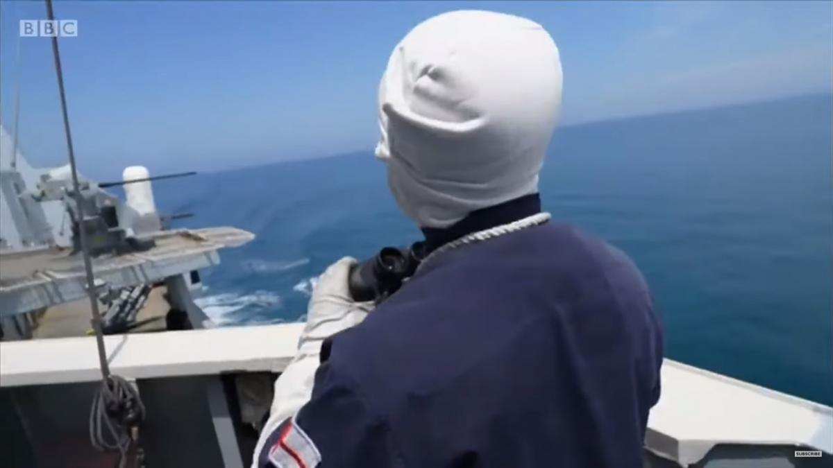 Британские военные смотрят на российский корабль / скриншот из видео