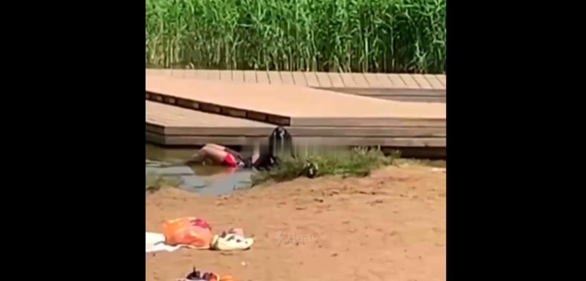 В России отдыхающие на пляже оттащили тело утонувшего парня в канаву и продолжили купаться / скриншот
