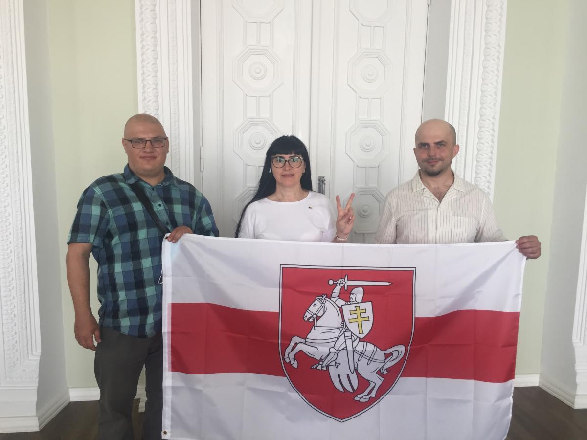 Бело-красно-белый флаг преследуется в Беларуси / Фото УНИАН, Ирина Синельник
