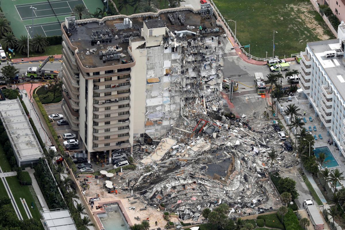 Неподаліквід Майамі-Біч завалився12-поверховий житловий будинок / фото REUTERS