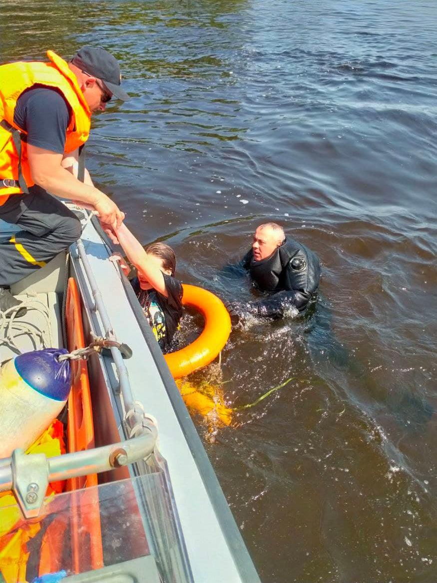 Рятувальники витягли з води дитину, яку відносило течією / фото facebook.com/DSNSKyiv