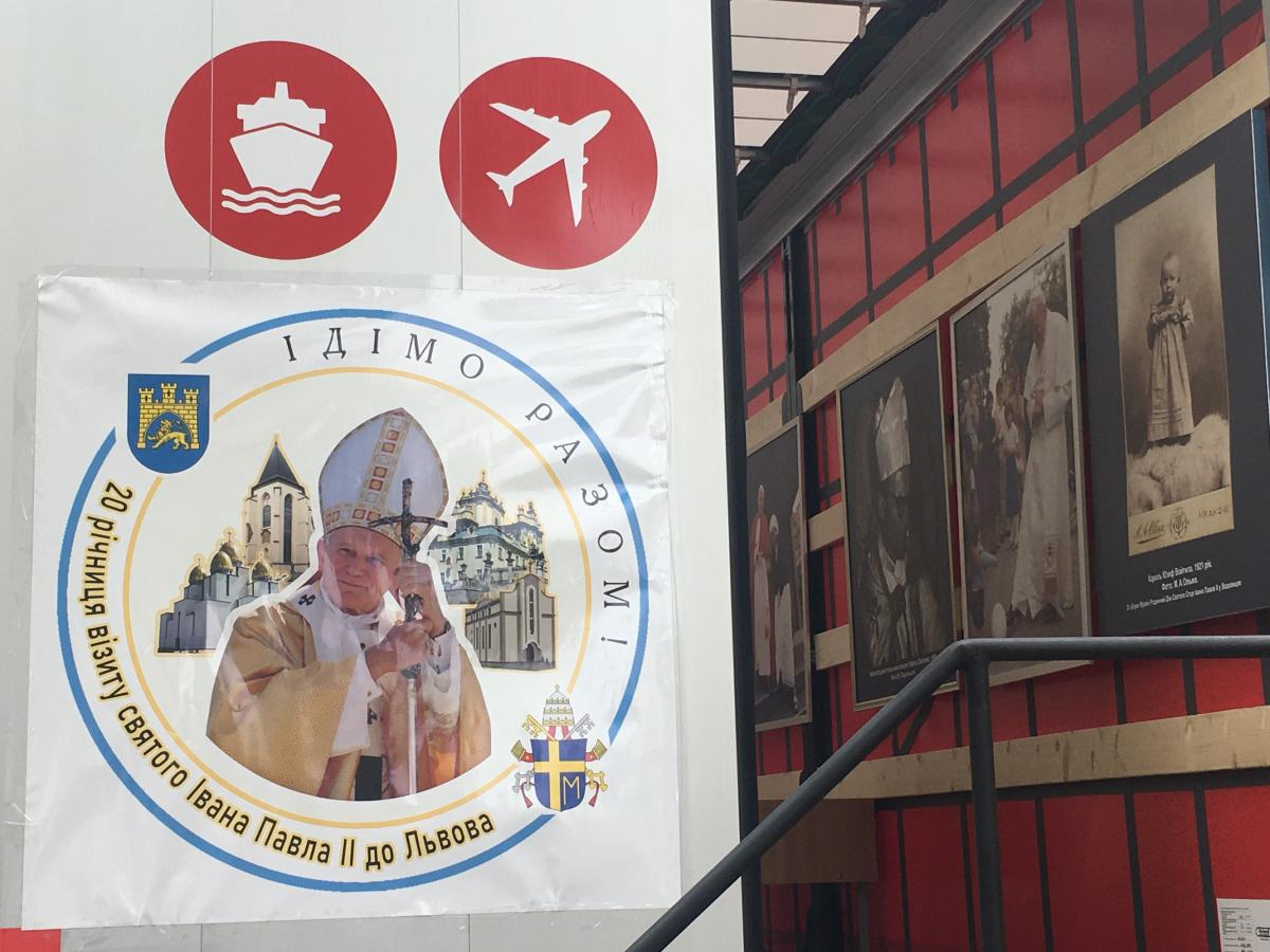 У Львові відкрили мобільний музей Івана Павла ІІ / фото УНІАН, Мирослава Бзікадзе