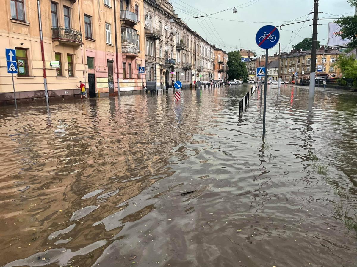 По оперативной информации, в результате стихии упало более 20 деревьев / фото «Зручне місто»//Facebook
