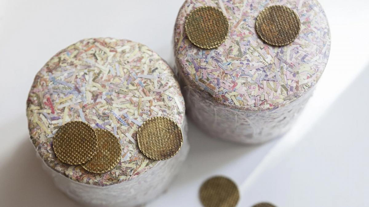 Сначала монеты утилизируют, а потом продают на аукционе / фото bank.gov.ua