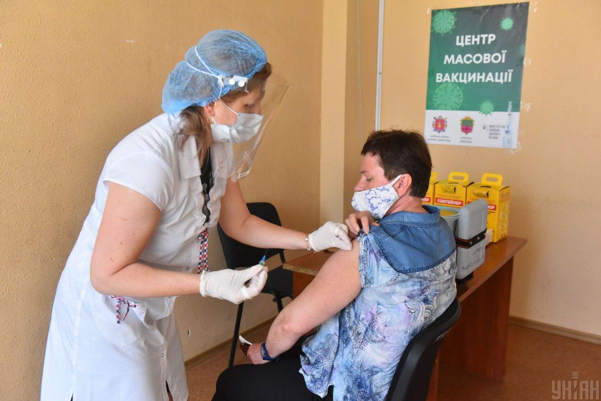 Вакцинация среди педагогов продолжается / фото УНИАН, Прилепа Александр