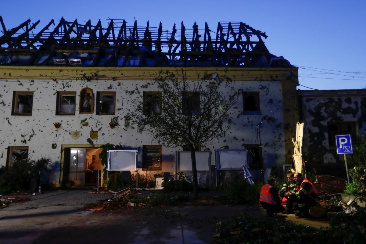 В результате непогоды в Чехии были повреждены более тысячи домов \ фото REUTERS