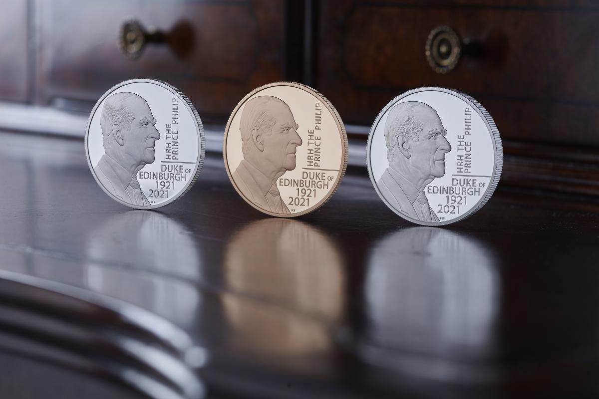 Новую пятифунтовую монету специально представили ко Дню вооруженных сил Великобритании / фото royalmint.com
