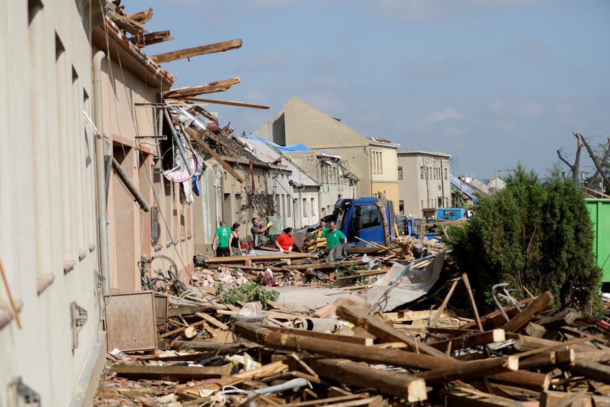 24 июня вечером в Чехии штормы накрыли Южную Моравию и появился торнадо / фото REUTERS