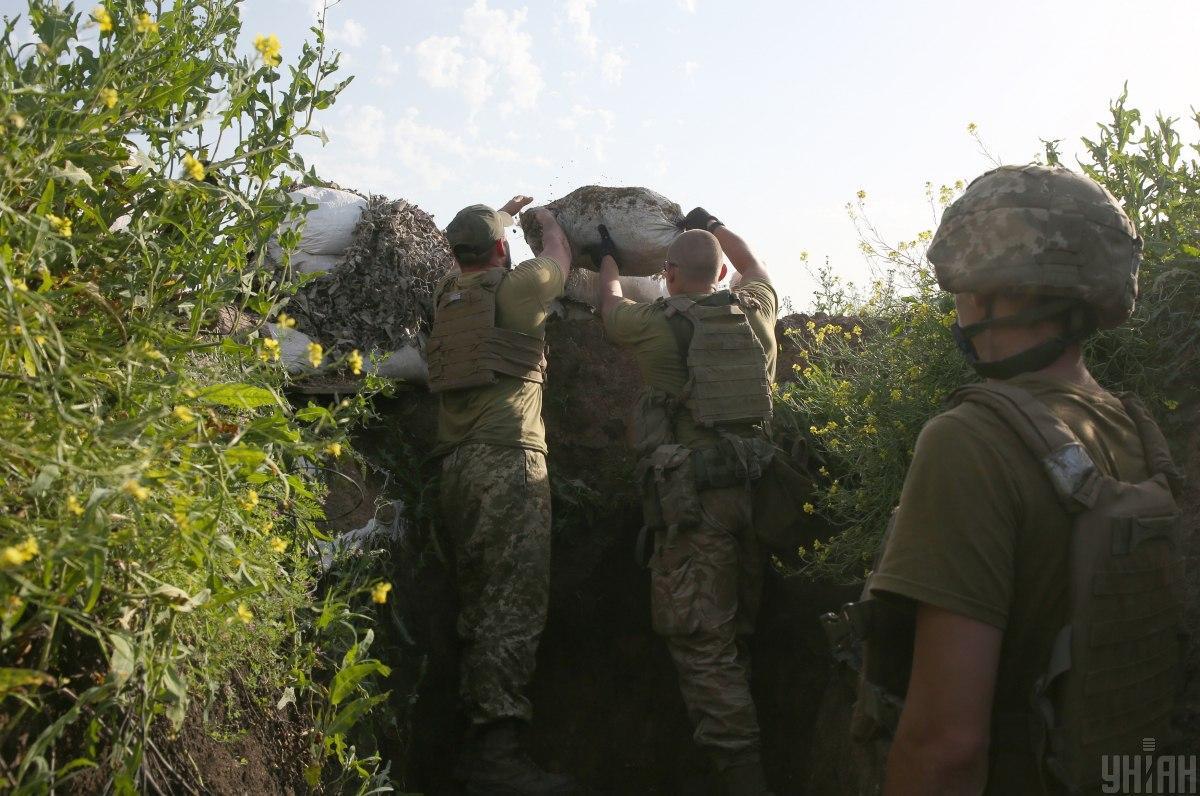 Внаслідок обстрілів бойовиків поранено двох українських військових / фото УНІАН
