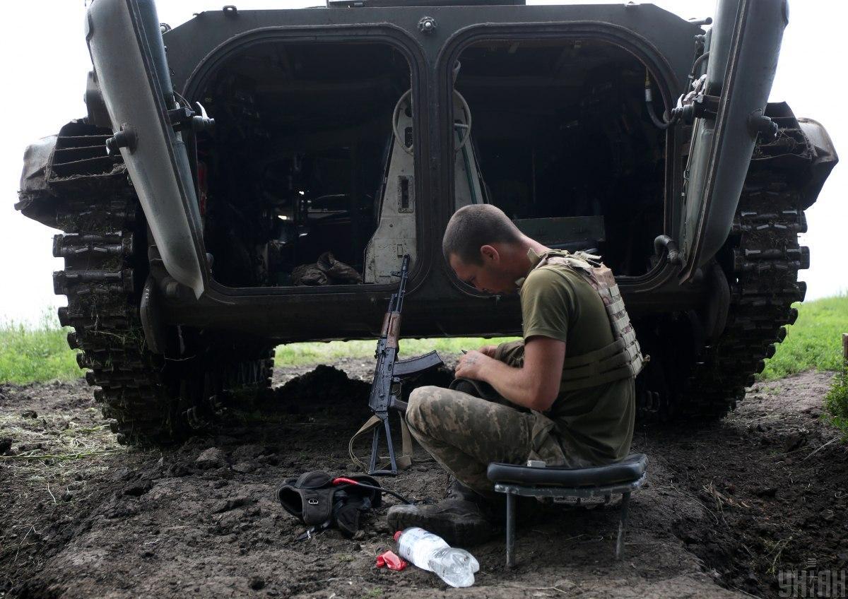 В результате обстрела один военнослужащий получил проникающее осколочное ранение / фото УНИАН